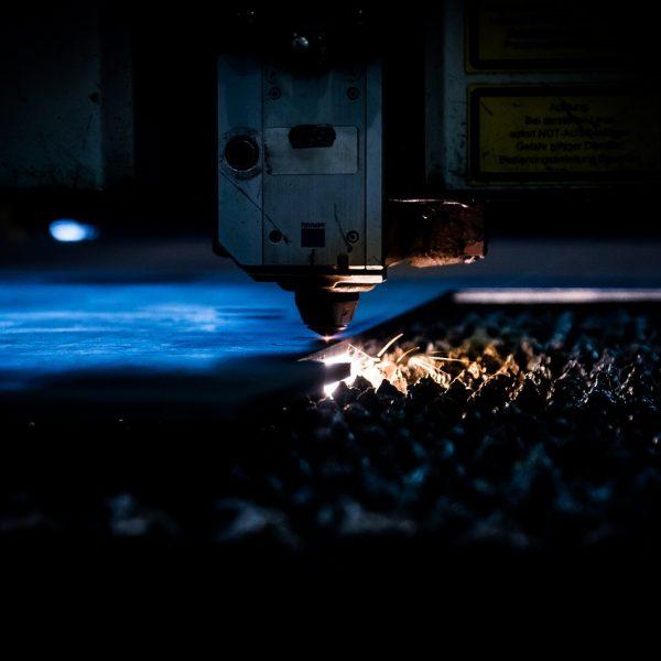 Wypalanie kształtów laserem w metalu